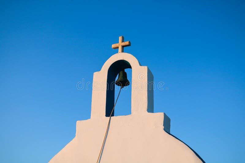 Petite église blanche dans Cyclades images stock