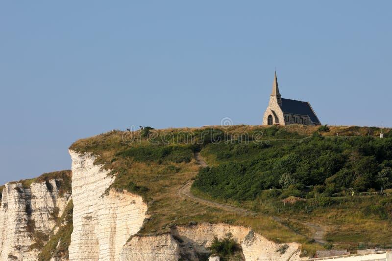 Petite église d'Etretat sur les falaises de la côte d'albâtre en Normandie image libre de droits