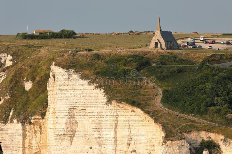 Petite église d'Etretat sur les falaises de la côte d'albâtre en Normandie photographie stock