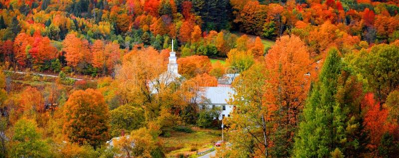 Petite église dans le village de Topsham au Vermont photo libre de droits