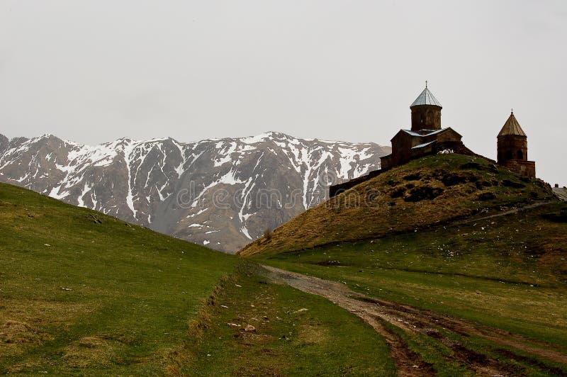 Petite église dans les montagnes des vues de Caucase de Giorgia photos stock