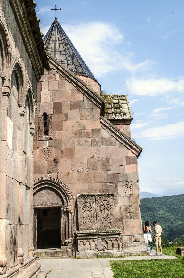 Petite église de St George avec les croix en pierre découpées près du mur, dans le monastère de Goshavank, près de la ville de Di photo libre de droits