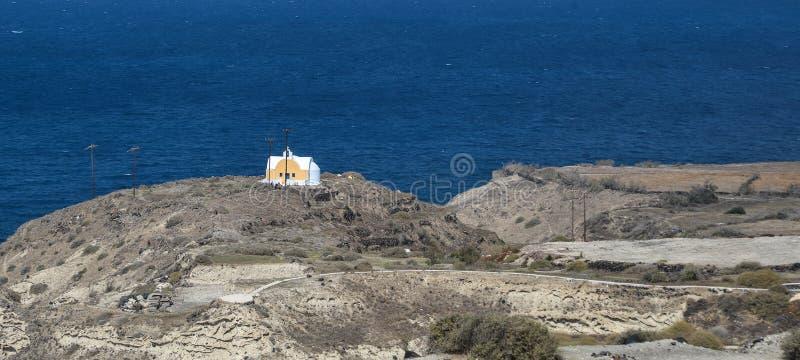 Petite église orthodoxe dans la roche photo stock