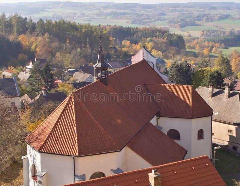 Petite église sur la roche juste par le château gothique de style de zavou de ¡ de Lipnice NAD SÃ, un les plus grands châteaux da photo stock