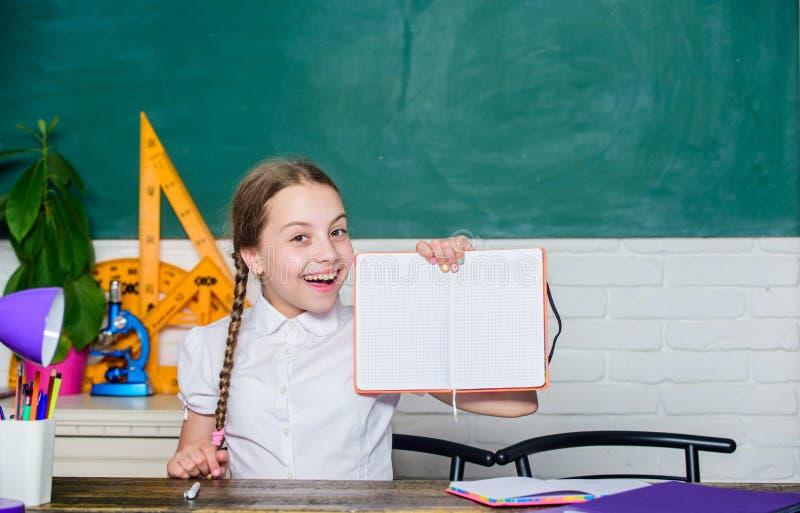 Petite étude de fille avec à l'école Éducation informelle et nonformal formelle le futur succès étudie ère numérique avec photos libres de droits