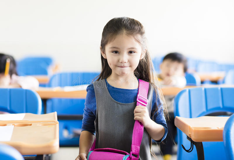 petite étudiante dans la salle de classe photographie stock libre de droits