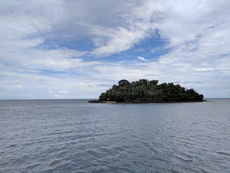 Petite île au milieu de nulle part photos stock