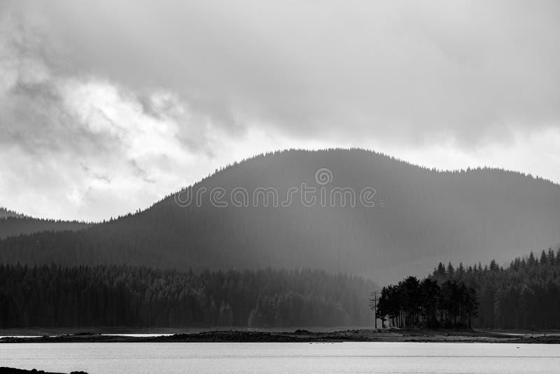 Petite île avec le fond posé de montagne photo libre de droits