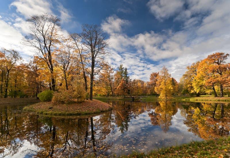 Petite île d'automne images stock