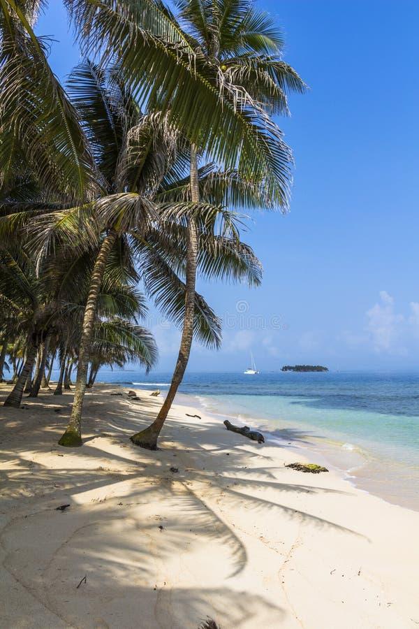 Petite île des Caraïbes l'explorant, San Blas Islands photos stock