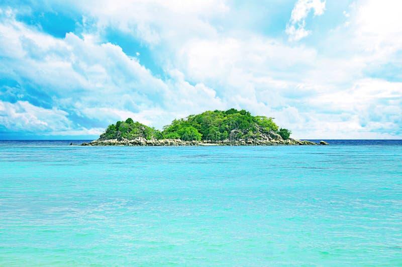Petite île verte en mer images stock