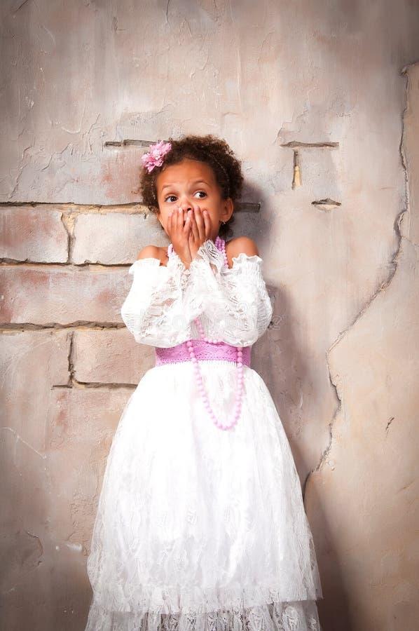 Petite actrice La belle fille africaine montre des émotions : crainte, effroi, surprise images libres de droits