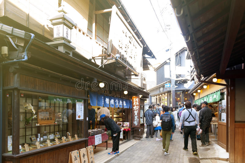 Petite allée avec des boutiques de souvenirs et des magasins dans le village de source thermale d'Arima Onsen à Kobe, Japon images libres de droits