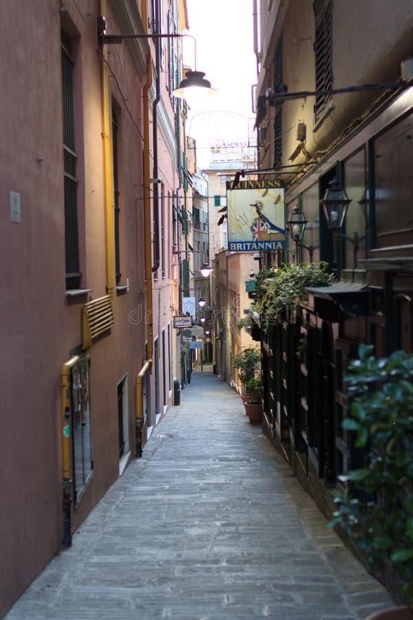 Petite allée typique au centre historique de Gênes photo stock
