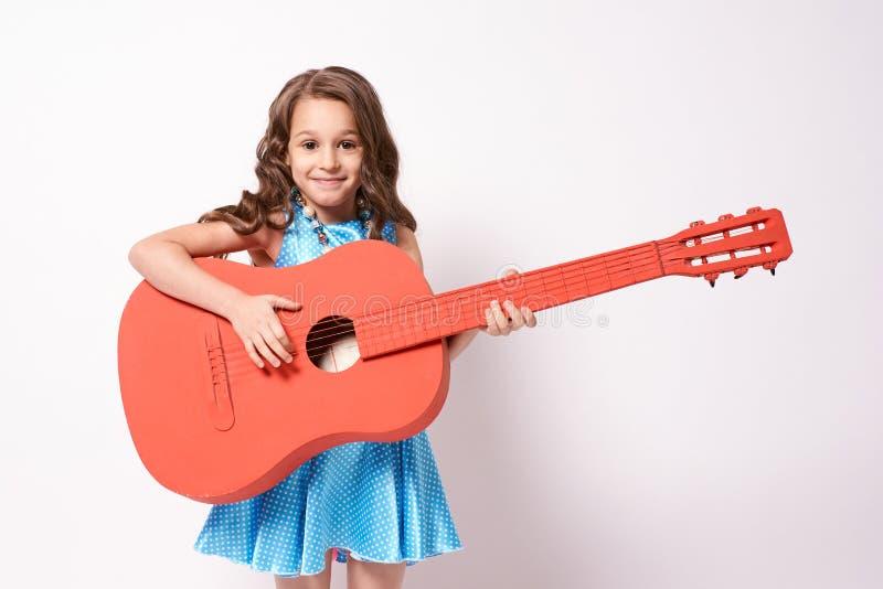 Petite ballerine Guitare rouge Fond blanc photographie stock libre de droits