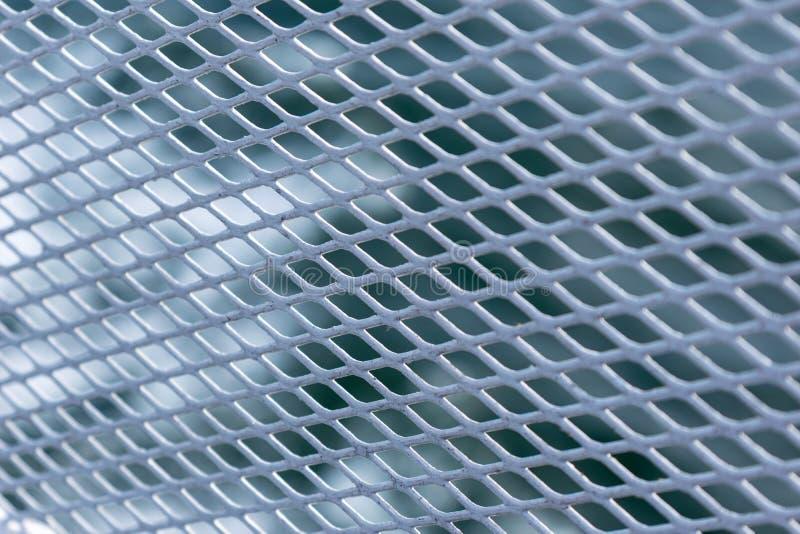 Petite barrière blanche en métal de maille, avec le fond de bokeh photos libres de droits