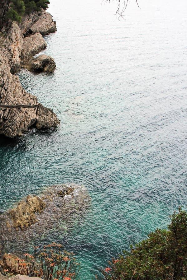 Petite belle baie rocheuse sur la côte monténégrine photos stock