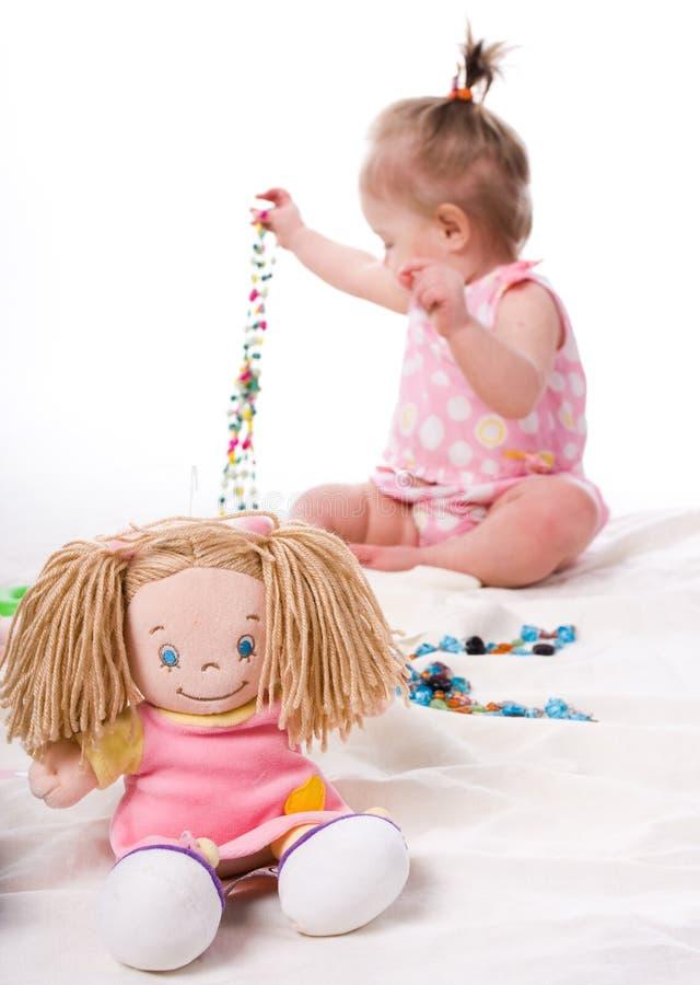 Petite belle fille avec la poupée images stock