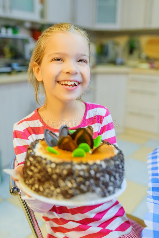 Petite belle fille de sourire avec le grand gâteau images stock