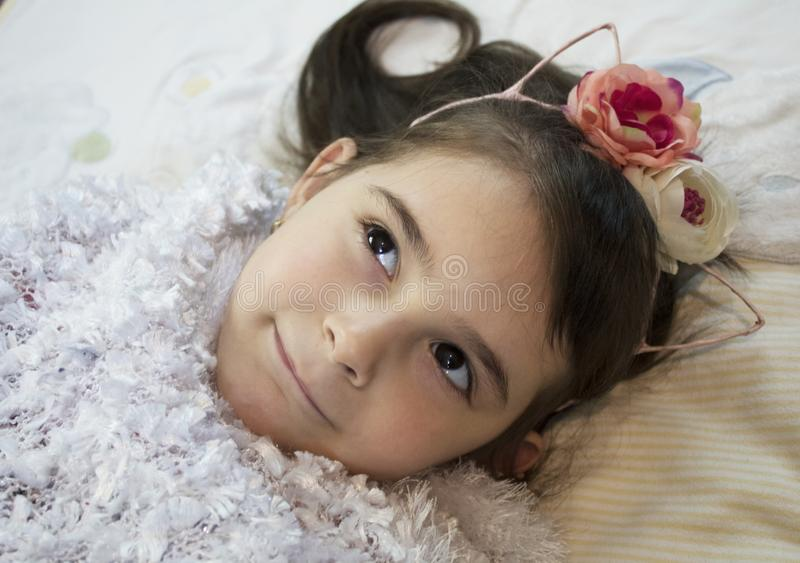 Petite belle fille sur le fond clair images libres de droits