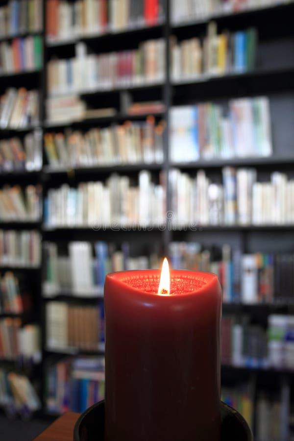 Petite bibliothèque avec la bougie images libres de droits