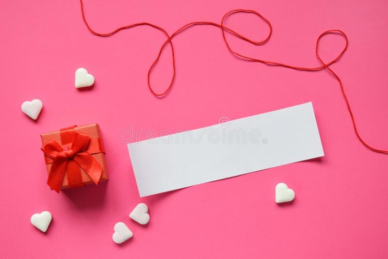 Petite boîte actuelle avec un papier vide pour votre texte sur le fond rose Cadeau de jour de valentines ou concept de carte de v image stock