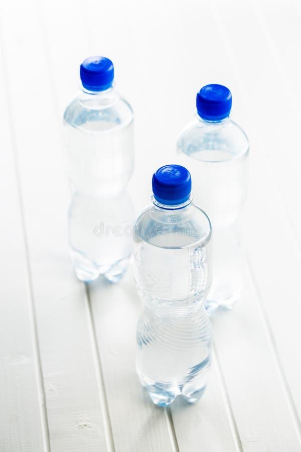 Petite bouteille d'eau en plastique photos stock