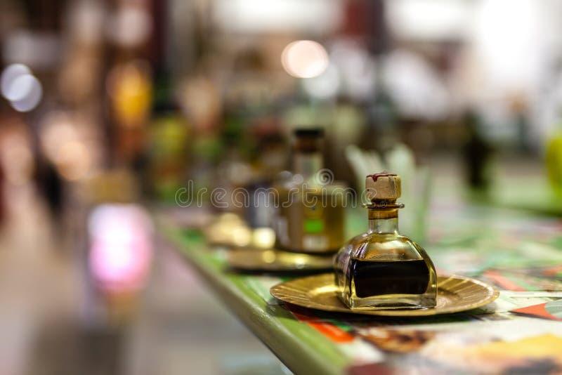 Petite bouteille de vinaigre balsamique de Modène sur le marché local photos stock