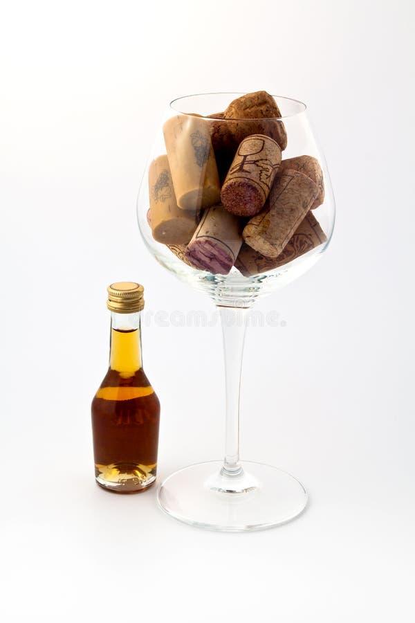 Petite bouteille et une glace photo stock