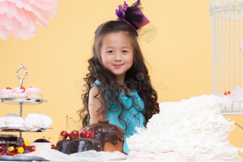 Petite brune mignonne posant avec des bonbons photo stock