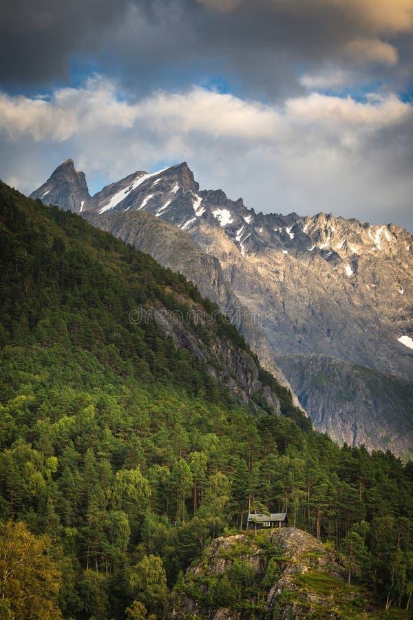 Petite cabine dans la forêt, montagnes de Romsdalen Été en Norvège photographie stock