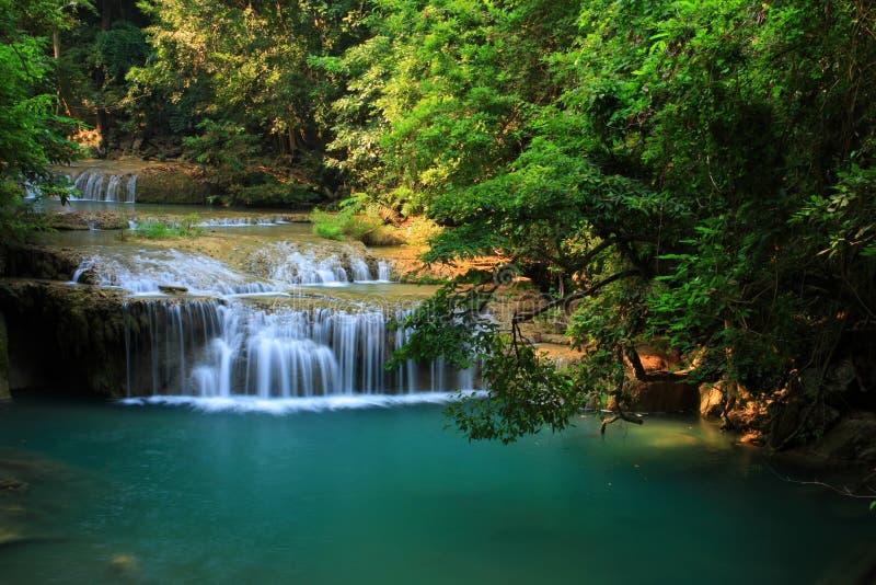 Petite cascade à écriture ligne par ligne dans la forêt tropicale, Thaïlande. image libre de droits