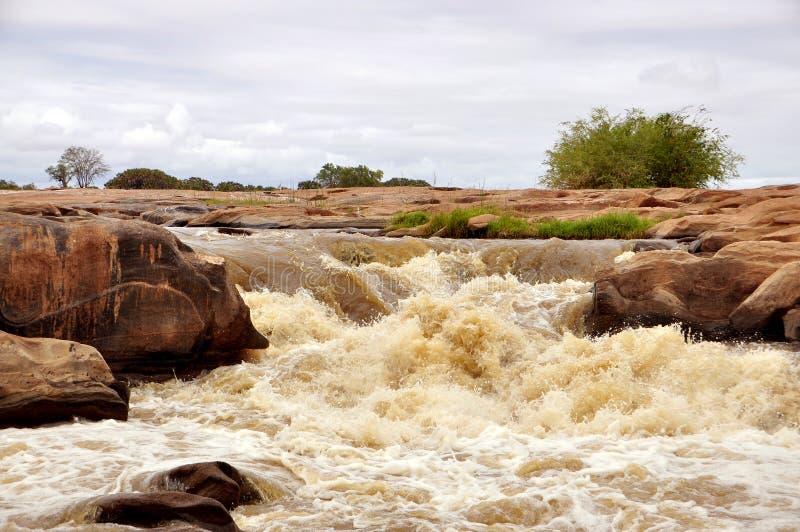 Petite cascade à écriture ligne par ligne dans la savane africaine photographie stock libre de droits