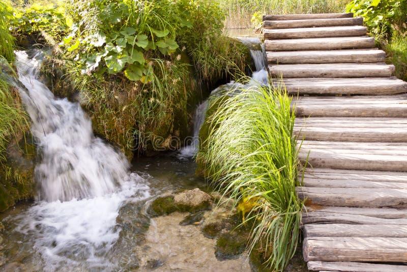 Petite cascade à écriture ligne par ligne - lacs Plitvice photographie stock