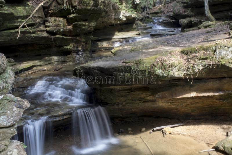 Petite cascade au-dessus de lit de Rock Creek photos libres de droits