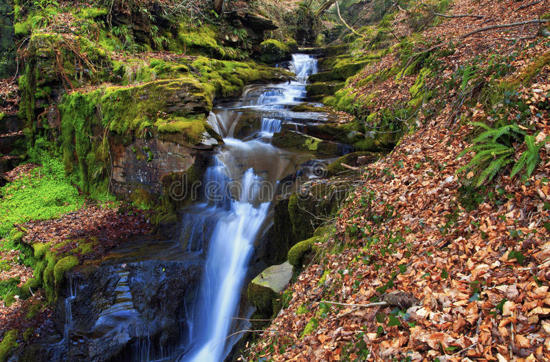 Petite cascade, Creunant juste au-dessous de Pwll y Alun image stock