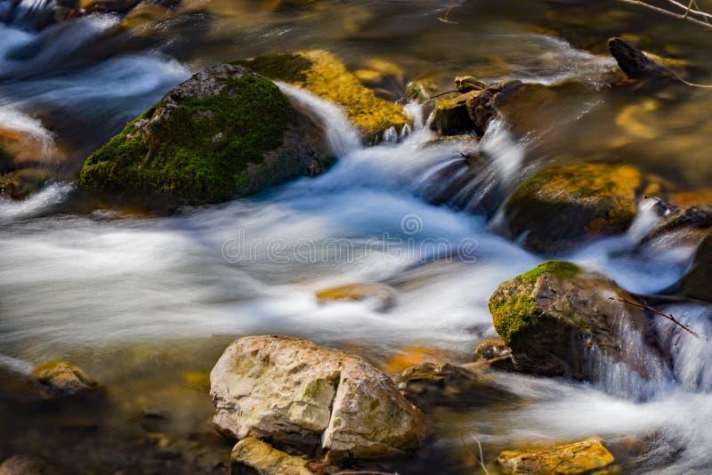 Petite cascade d'isolement sur un courant de montagne photos stock
