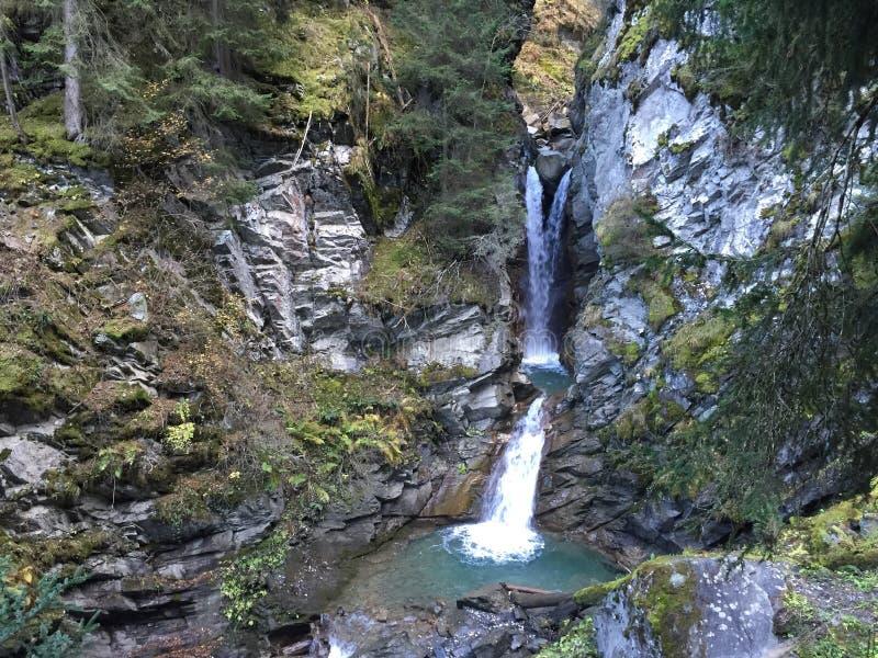 Petite cascade dans les Alpes français images libres de droits
