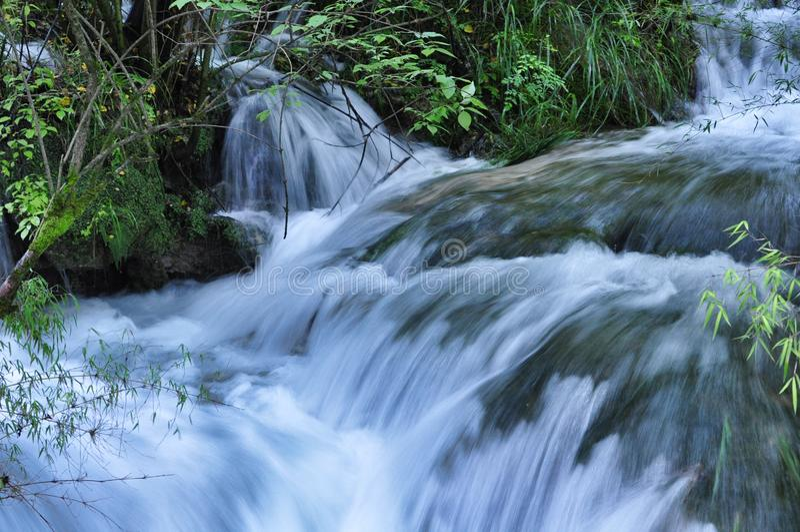 Petite cascade de crique en parc national de Jiuzhaigou photos libres de droits