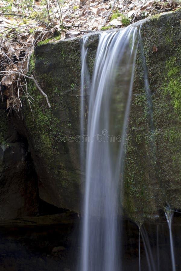Petite cascade en préservation de la nature de rockbridge image libre de droits