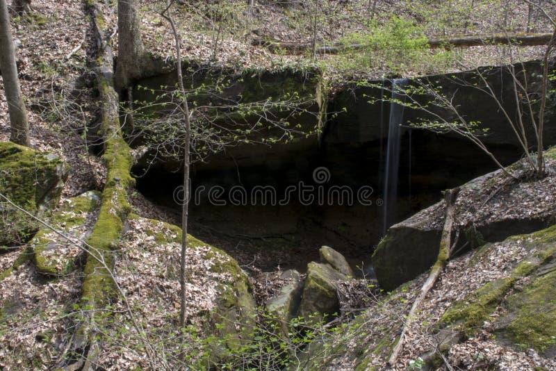 Petite cascade en préservation de la nature de rockbridge photos libres de droits