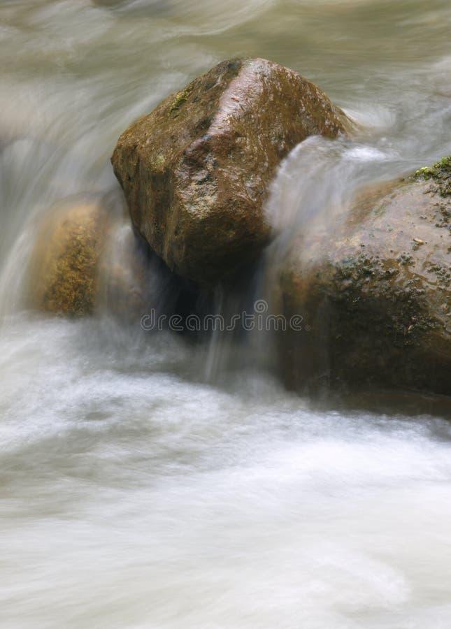 Petite cascade en rivière de montagne Beau fond naturel des pierres et avec l'eau débordante et de flou et écumer image libre de droits