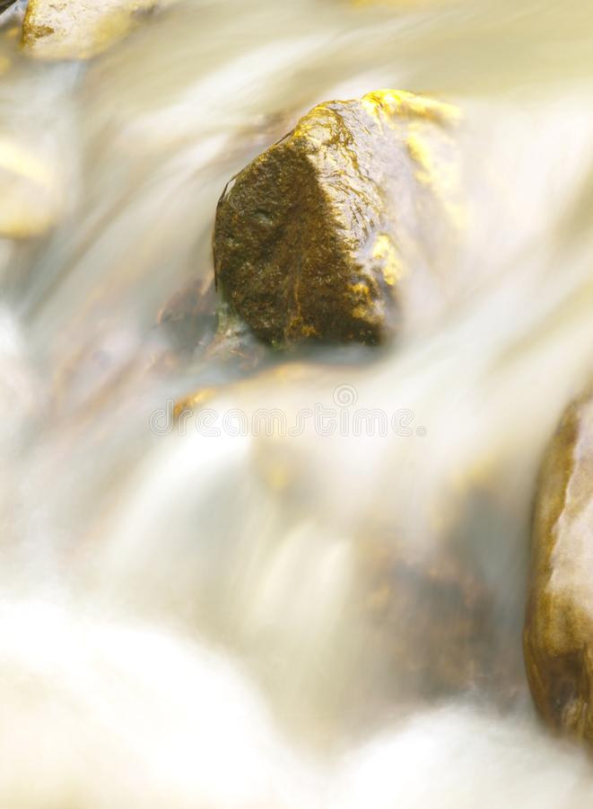 Petite cascade en rivière de montagne Beau fond naturel des pierres et avec l'eau débordante et de flou et écumer photo libre de droits