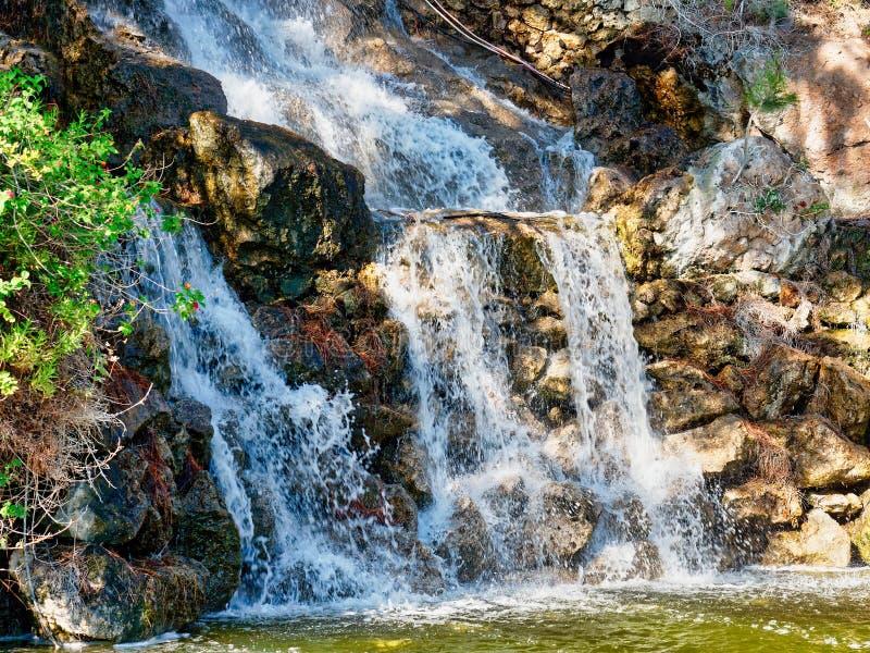Petite cascade naturelle de printemps, Loutraki, Grèce photos stock