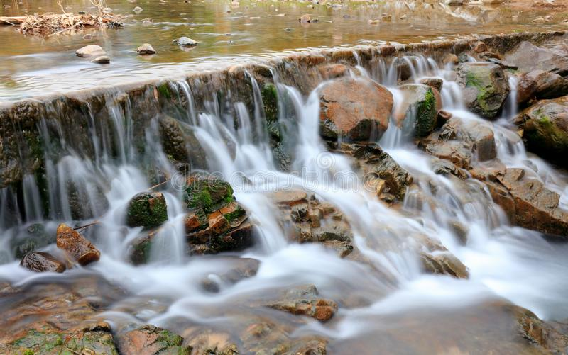 Petite cascade rurale, image de srgb photo stock