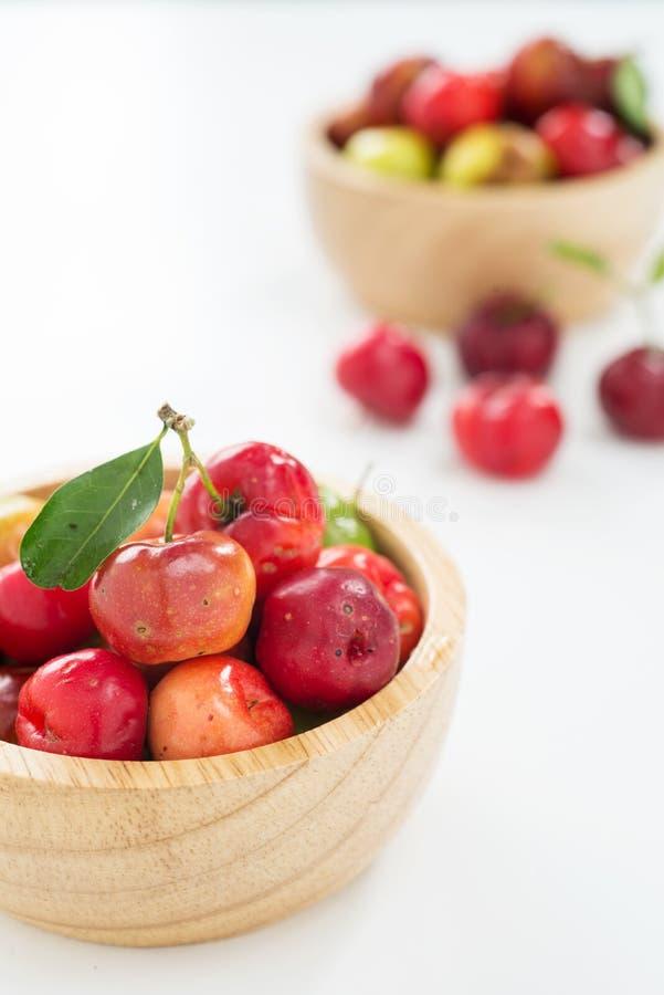 Petite cerise de fruit brésilien organique d'Acerola photo libre de droits