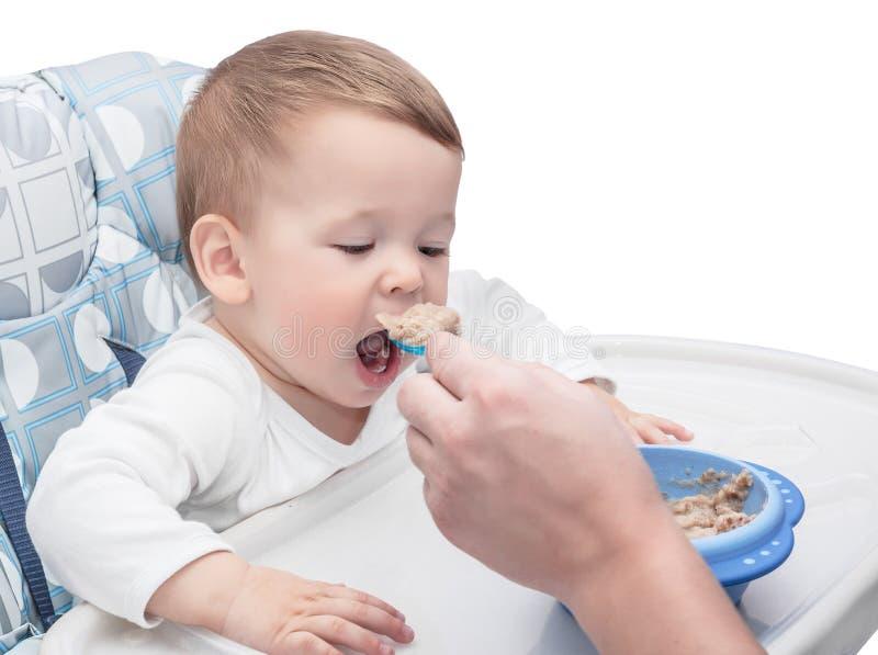 Petite chéri alimentant avec une cuillère photo libre de droits