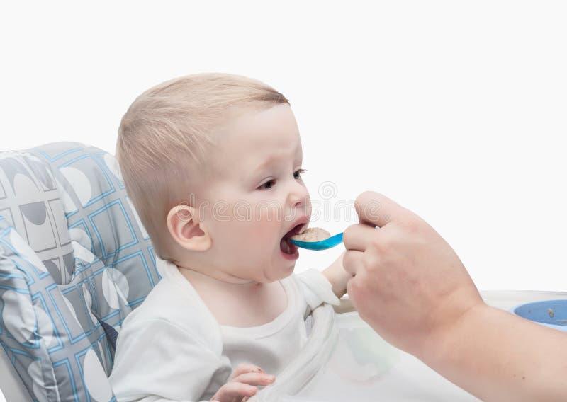 Petite chéri alimentant avec une cuillère photos libres de droits