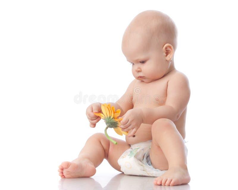 Petite chéri douce avec la fleur. photos libres de droits