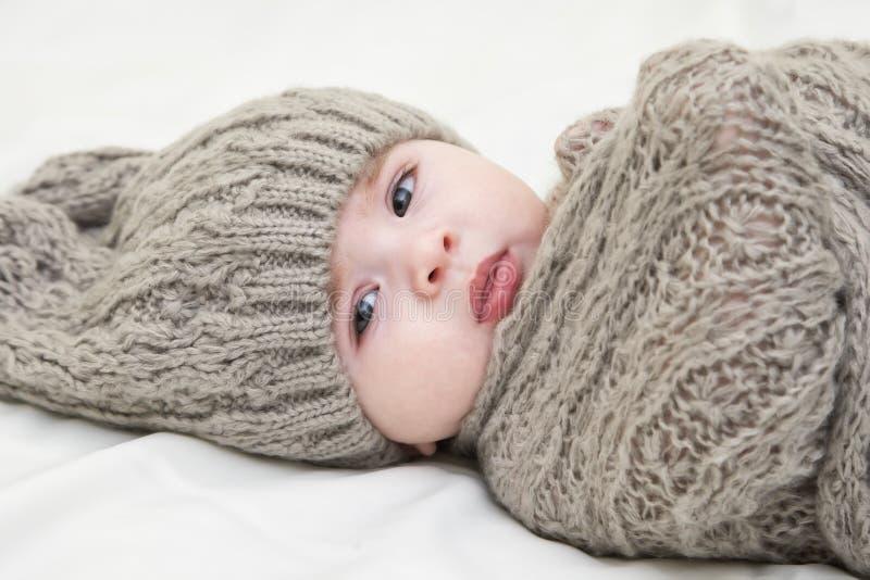 Petite chéri mignonne Bébé nouveau-né dans le chapeau tricoté par rose Concept Parenting ou d'amour images libres de droits